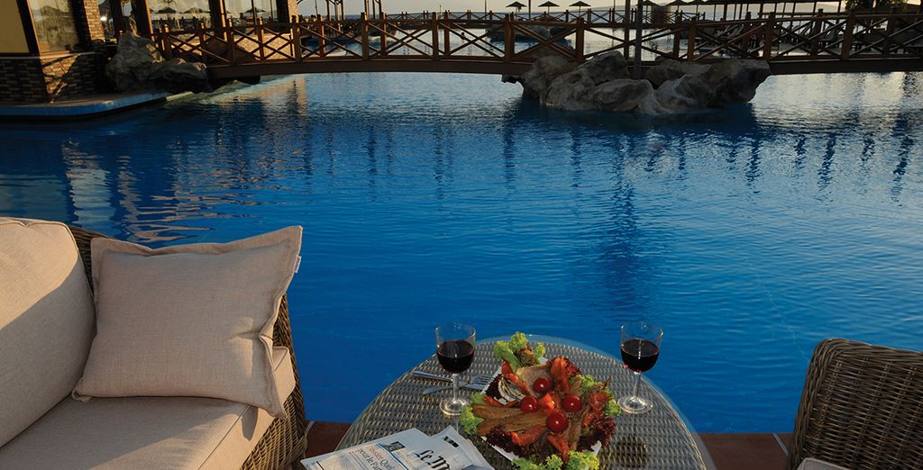 Relájese en la gran piscina del hotel