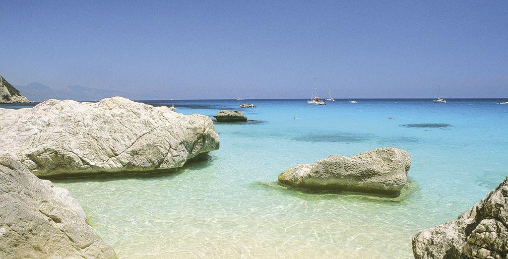 Báñese en hermosas playas de aguas transparentes y de arena fina y brillante