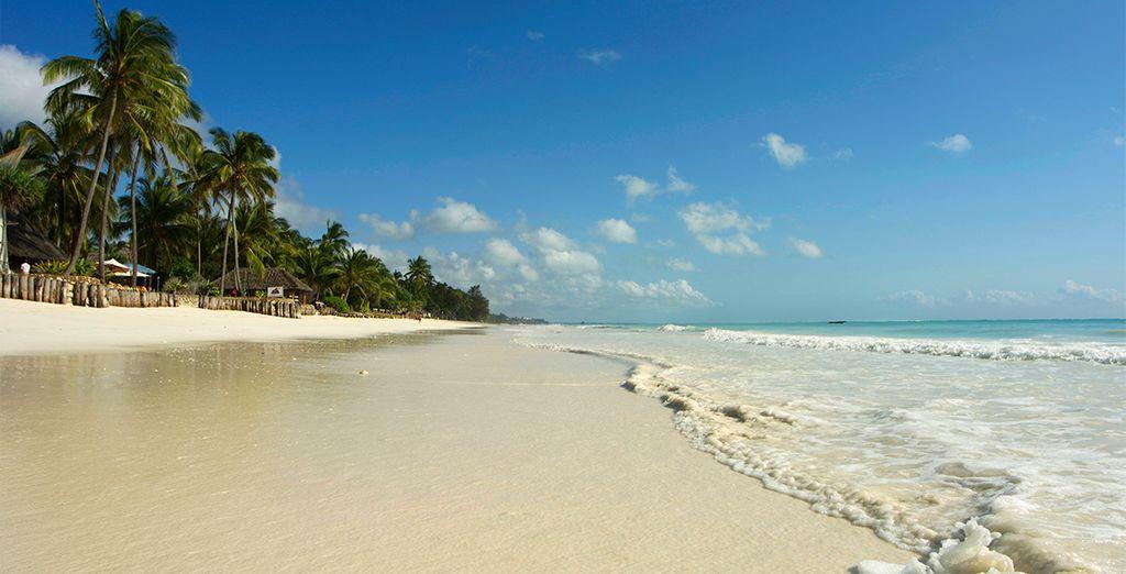 Pasee por la arena blanca sin igual de la isla