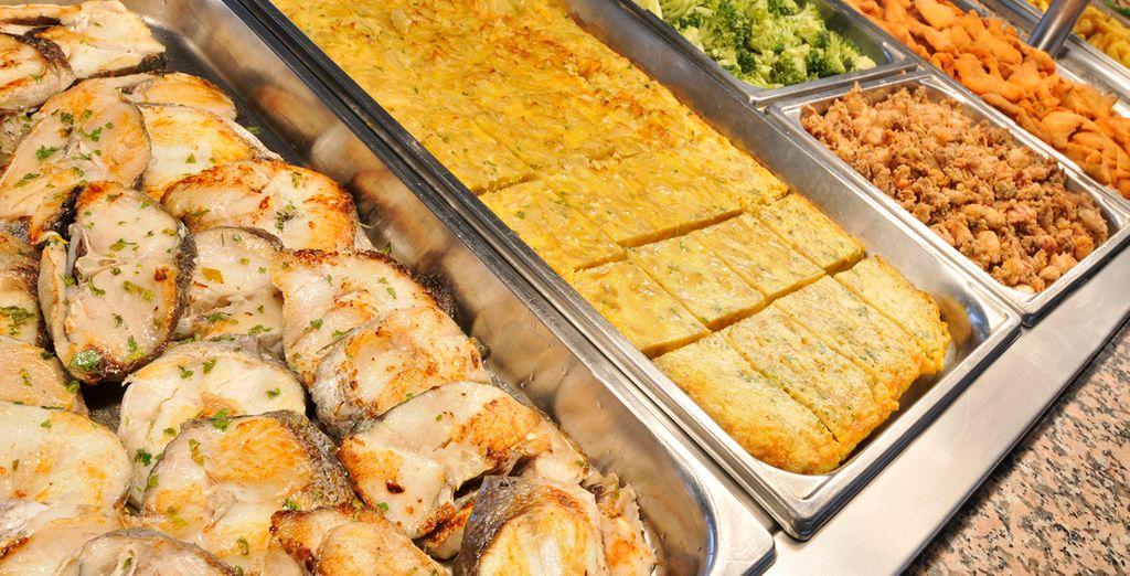 Deguste platos exquisitos en el buffet