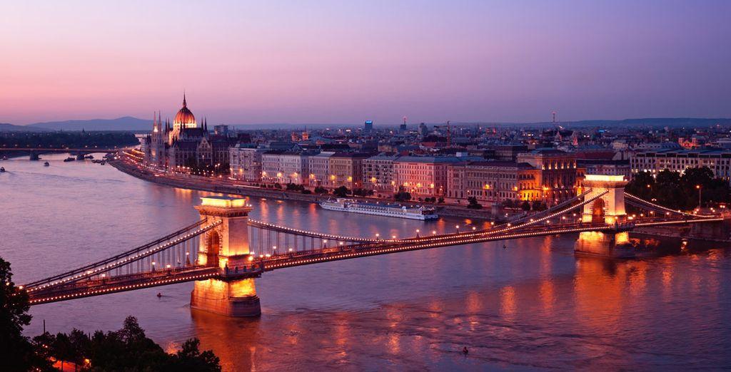 Admire las vistas desde el Puente de las Cadenas