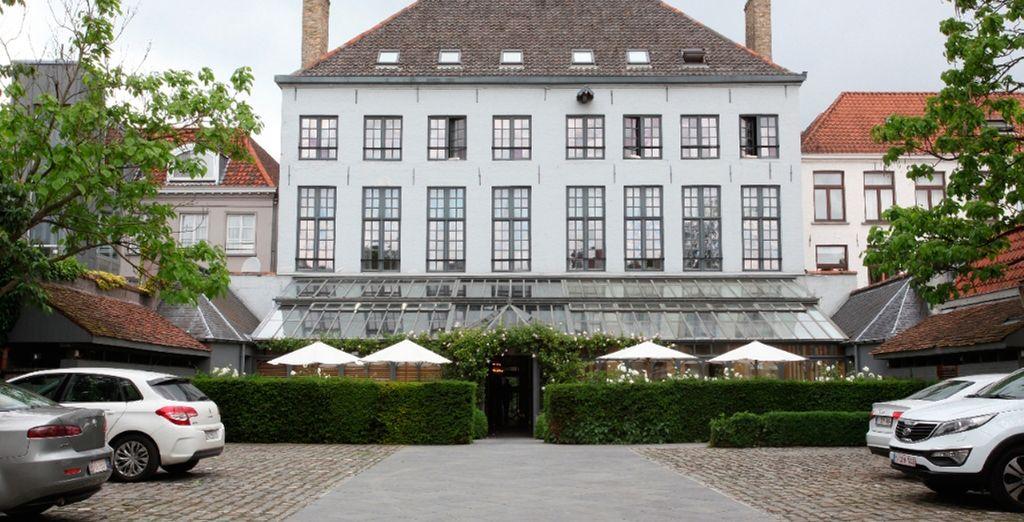 El hotel se encuentra junto a un hermoso canal y tiene decoraciones exteriores de cristal de murano