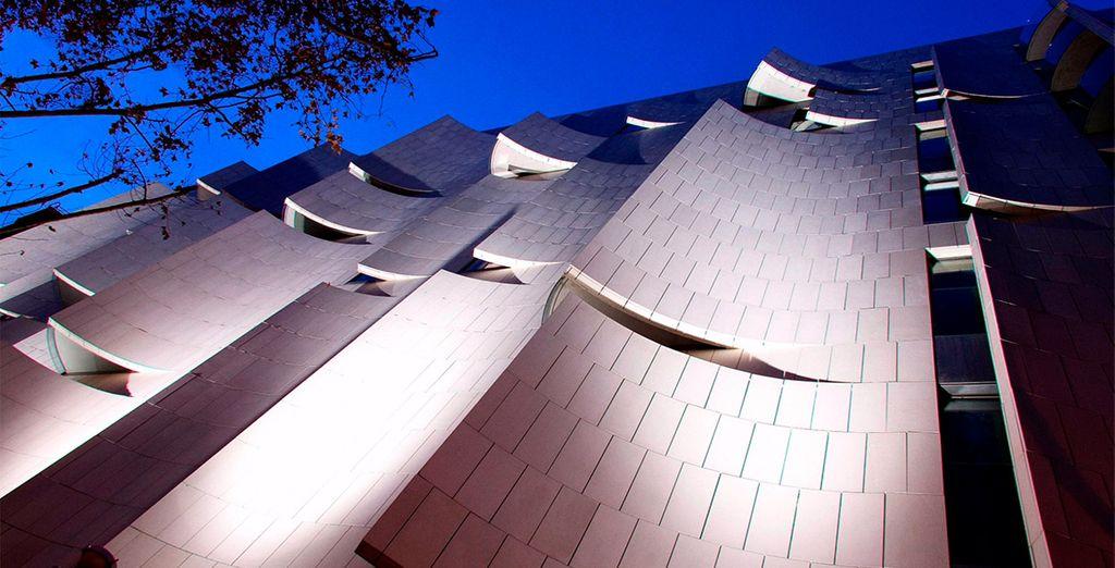 Ubicado junto al glamuroso Paseo de Gracia, con una fachada de diseño único