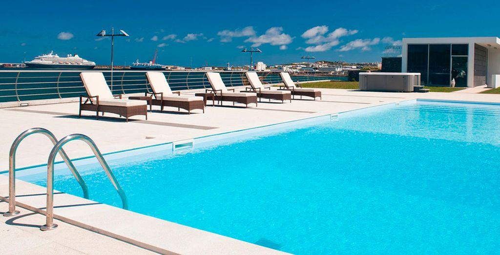 Refrésquese en la piscina y disfrute del buen clima
