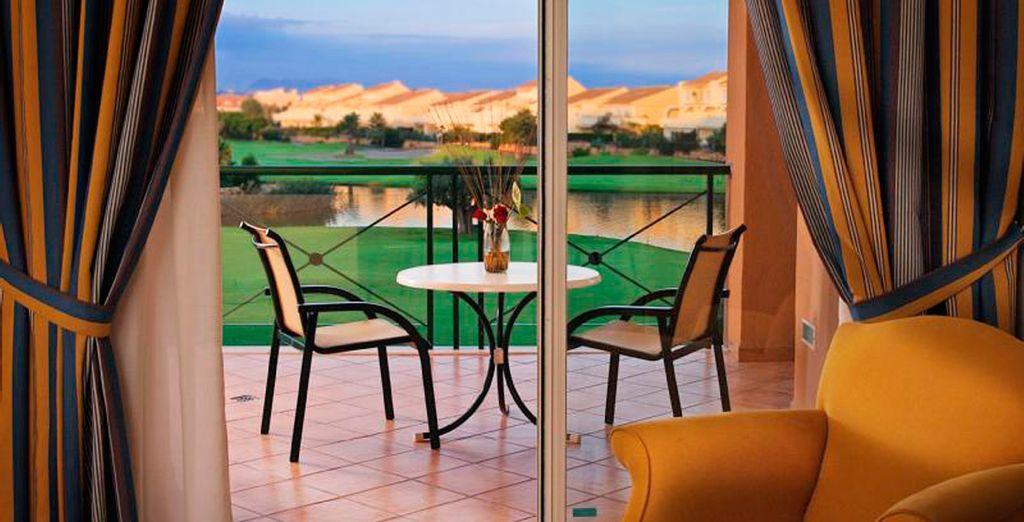 Disfrute de las magníficas vistas al campo de golf desde la terraza de su habitación