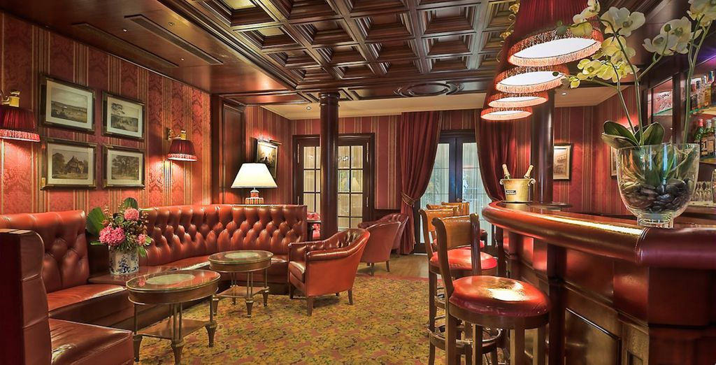 Tómese un aperitivo en el bar del hotel...
