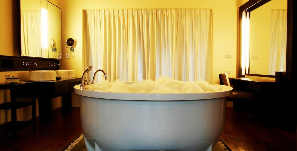 Dese un relajante baño en la bañera de hidromasaje
