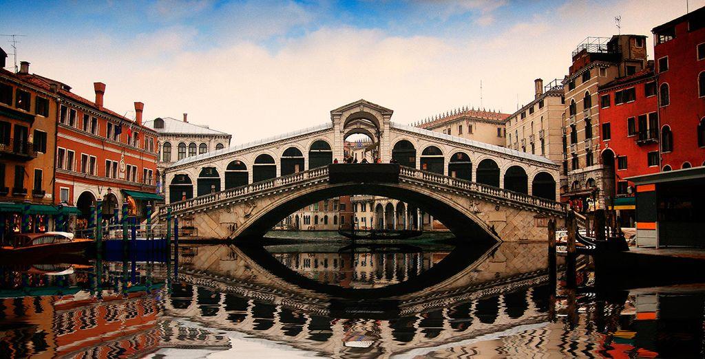 Admire los palacios y los puentes, algunos tan emblemáticos como el de Rialto