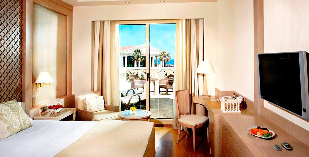 Descanse en su confortable Habitación Deluxe con terraza y vistas al mar