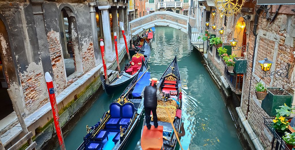 Pasee en góndola por los canales de Venecia
