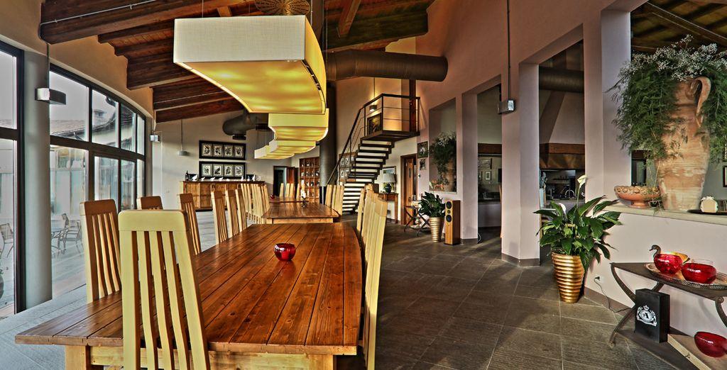Vigas de madera en el techo y suelo de terracota