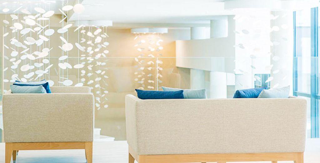 Un hotel con una decoración moderna y sofisticada