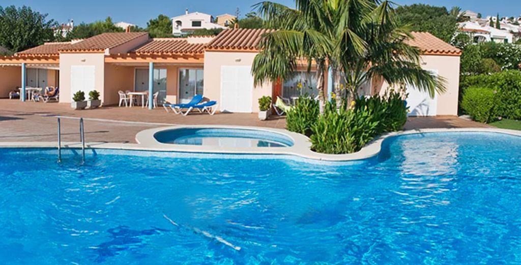 Dése un refrescante baño en su piscina al aire libre