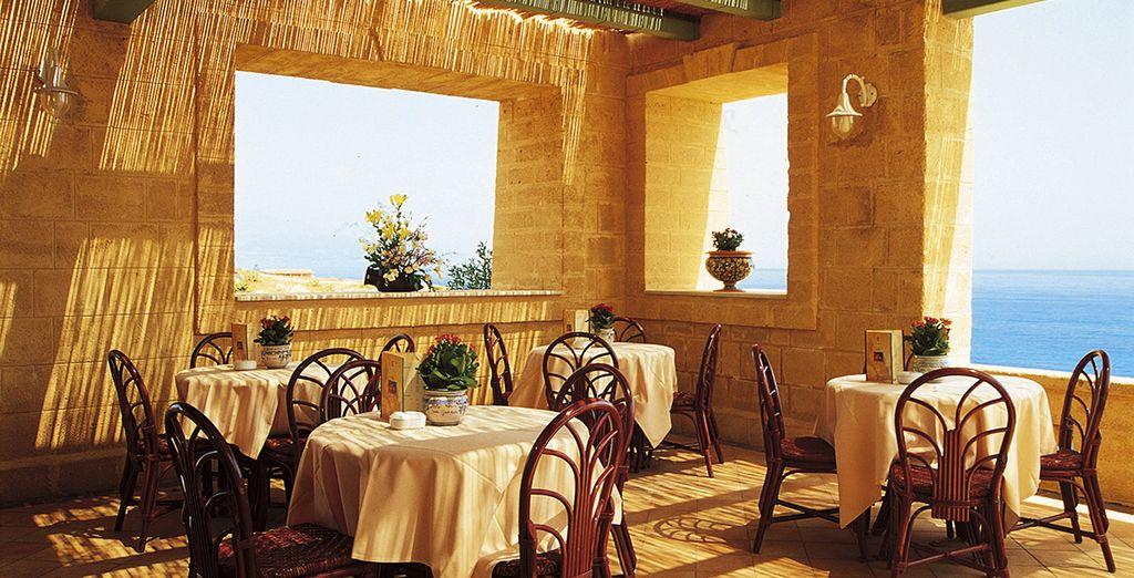 Deguste exquisitos platos en el restaurante con vistas