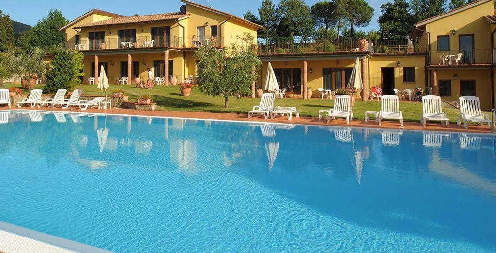 Un hotel de 4 estrellas con dos piscinas y restaurante