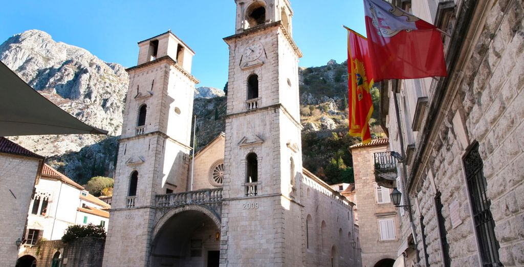 A la llegada realizará una visita a pie para conocer las principales atracciones de la ciudad como la catedral de St. Tripun