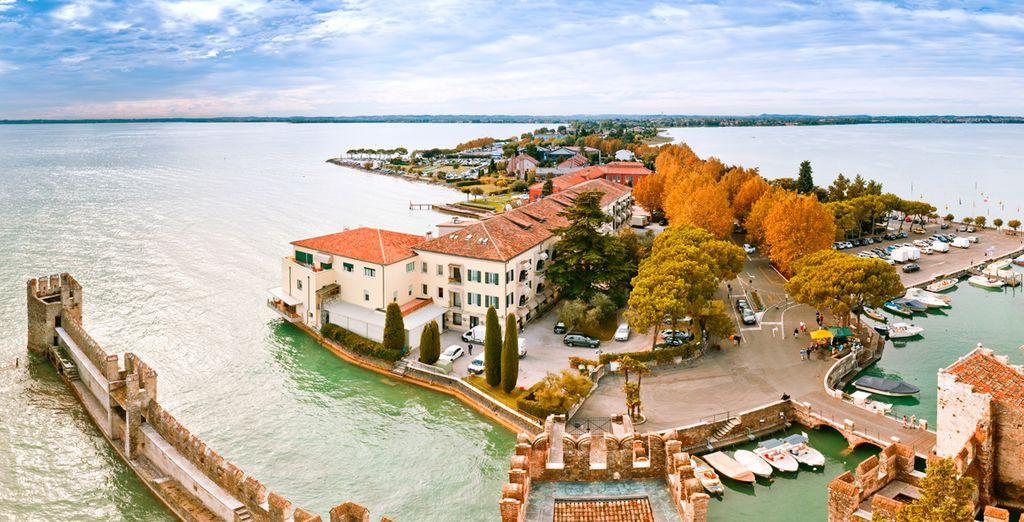 Su ubicación en una estrecha península adentrada en el lago es su máximo atractivo