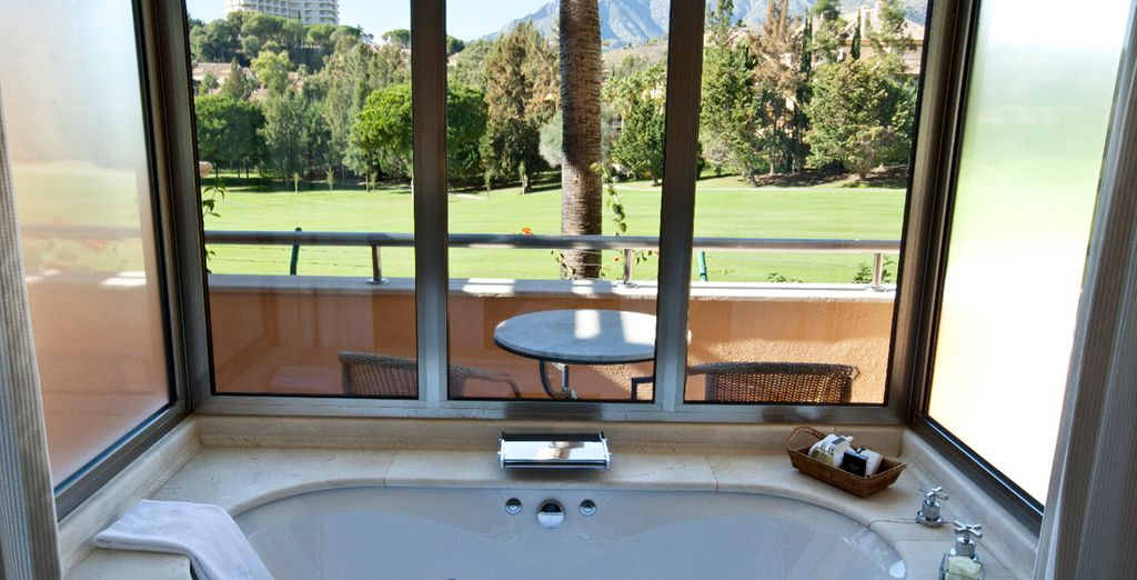 Dentro del área de descanso encontrará una gran bañera de hidromasaje acristalada