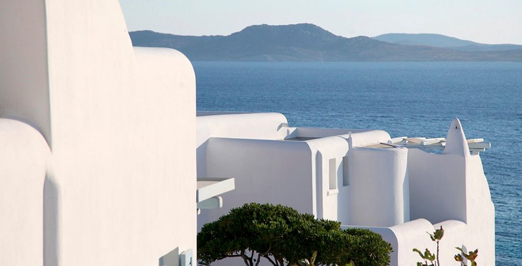 Edificios blancos de arquitectura típica egea