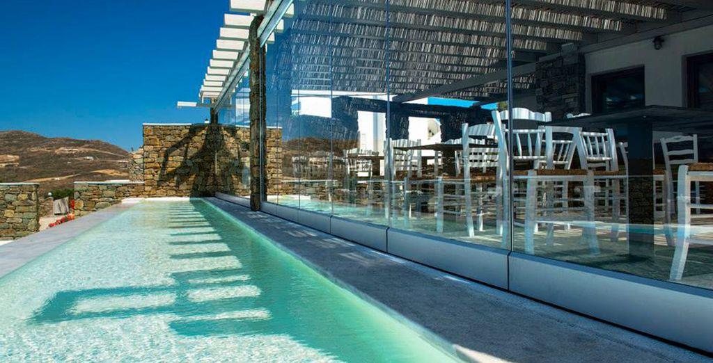 ... en el Restaurante Ulmus con vistas a la piscina