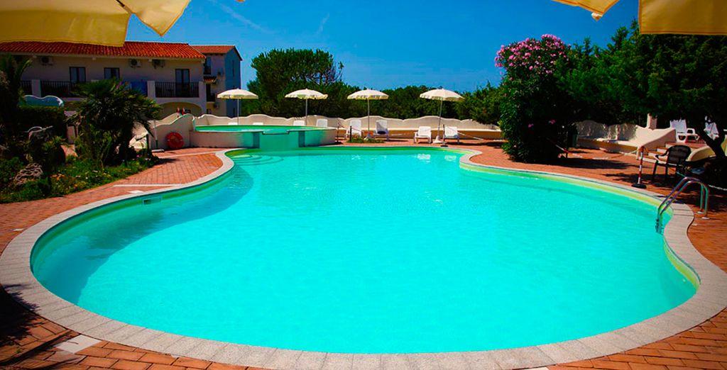 Refrésquese en la piscina cuando el sol más aprieta