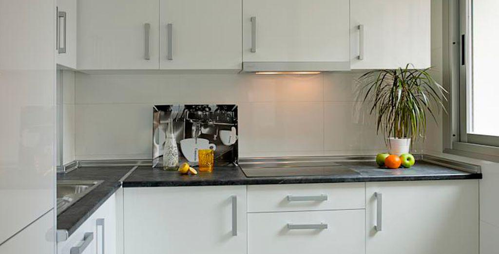 Una cocina equipada con lavavajillas, lavadora, frigorífico... ¡todo lo que necesitas!