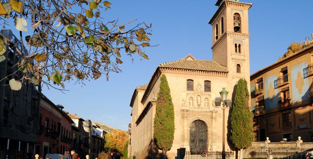 Desde Santa Ana, adéntrate en el famoso paseo de los Tristes de Granada