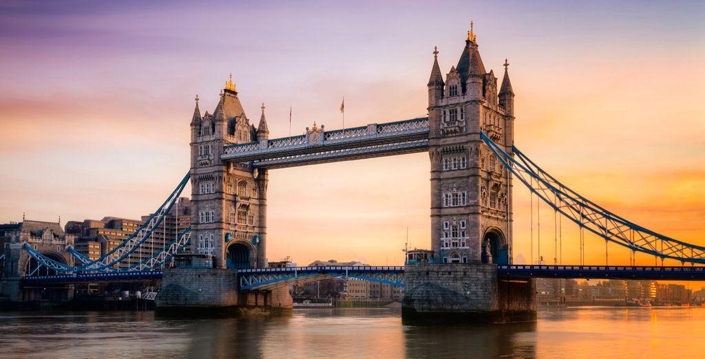 Contempla el Tower Bridge, a escasa distancia