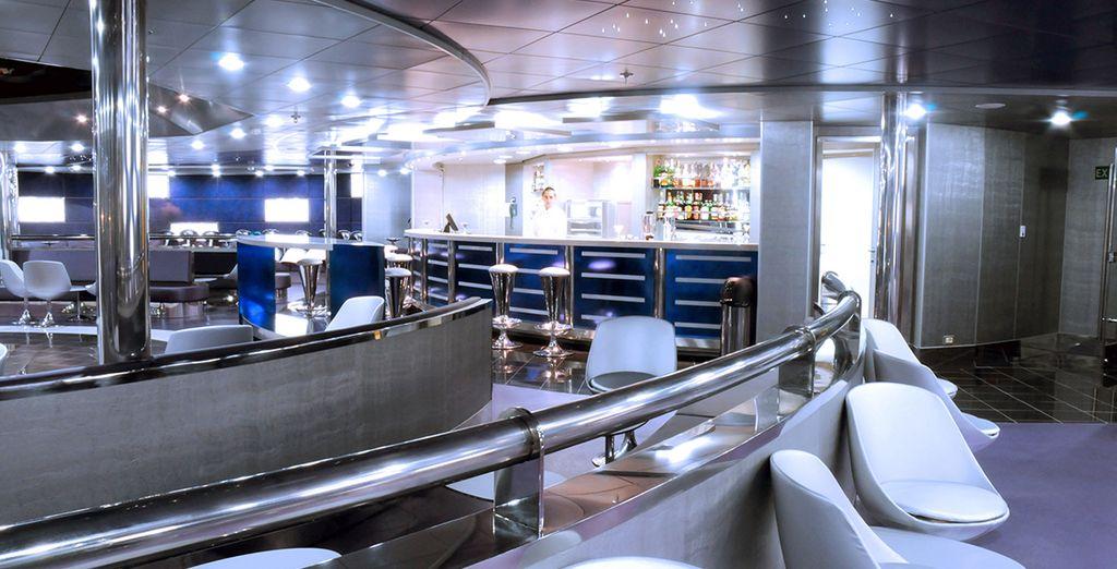 El barco dispone de sala de fiestas