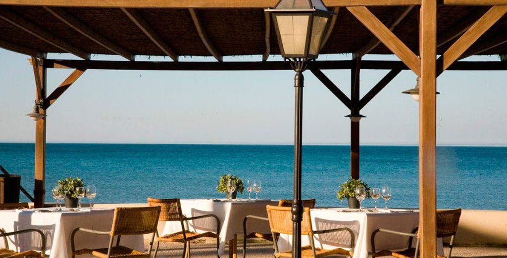 El Beach Bar ofrece una espectacular terraza con vistas al mar Mediterráneo