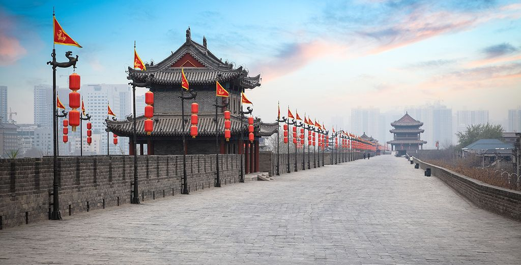 Pasea por la vieja muralla de Xian al atardecer