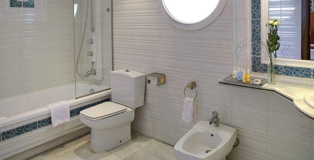 La habitación cuenta con baño totalmente equipado