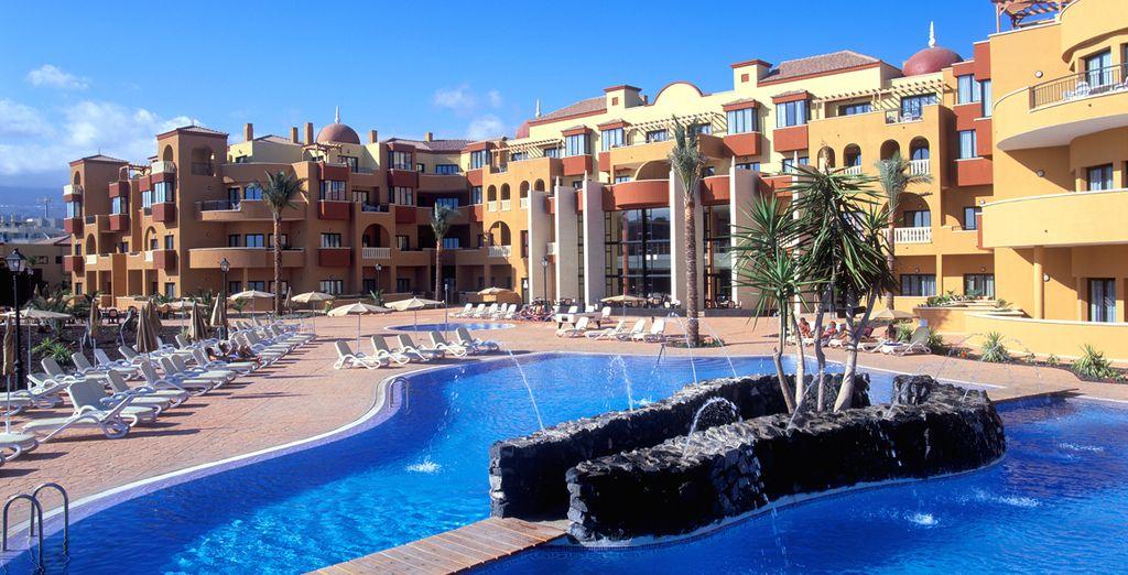 Ofrece un spa, gimnasio y piscinas al aire libre rodeadas de terrazas y jardines