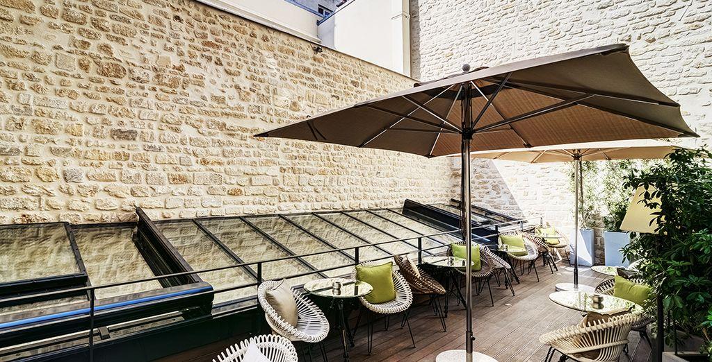 La terraza, un lugar tranquilo y bajo una cristalera luminosa