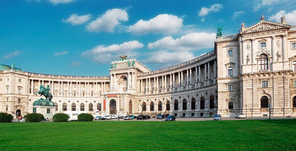 En el centro histórico de la ciudad encontrarás el Palacio Imperial de Hofburg