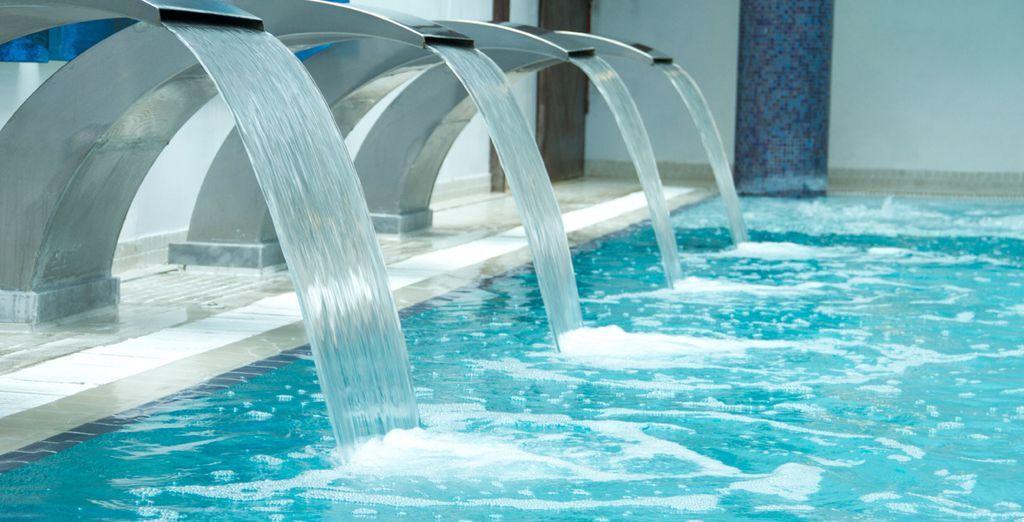 Piscina de agua termal con chorros a diferentes alturas