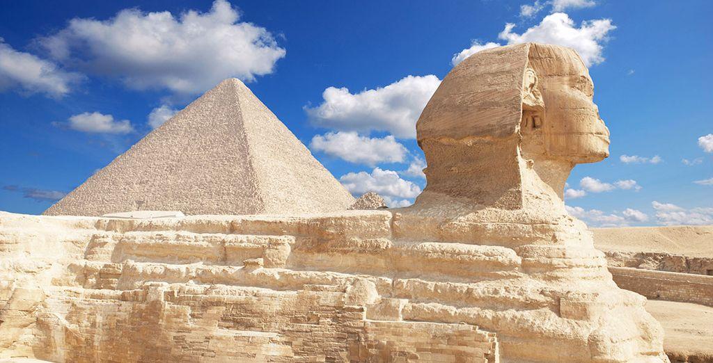 Visitará el magnífico conjunto monumental de las pirámides y la esfinge de Guiza