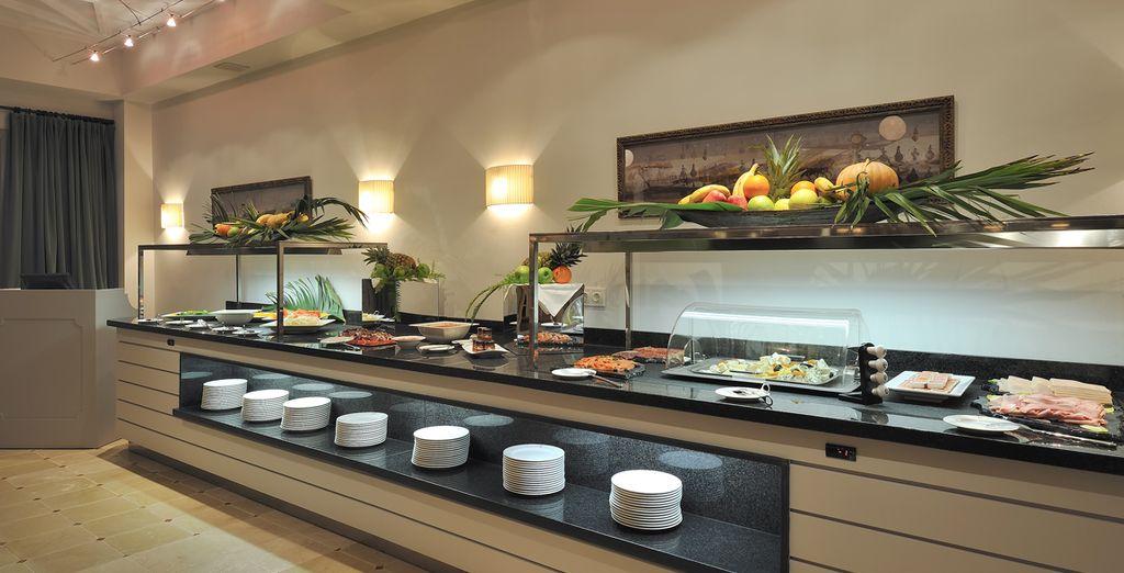 Degusta las exquisitas especialidades de su buffet