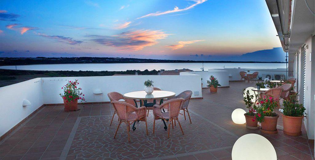 Disfruta de los bellos atardeceres de Formentera desde la terraza