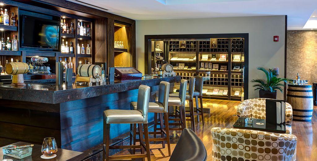 Tómate una copa de auténtico ron dominicano en el bar del hotel