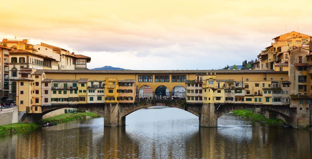 Pasea por el interior del Ponte Vecchio