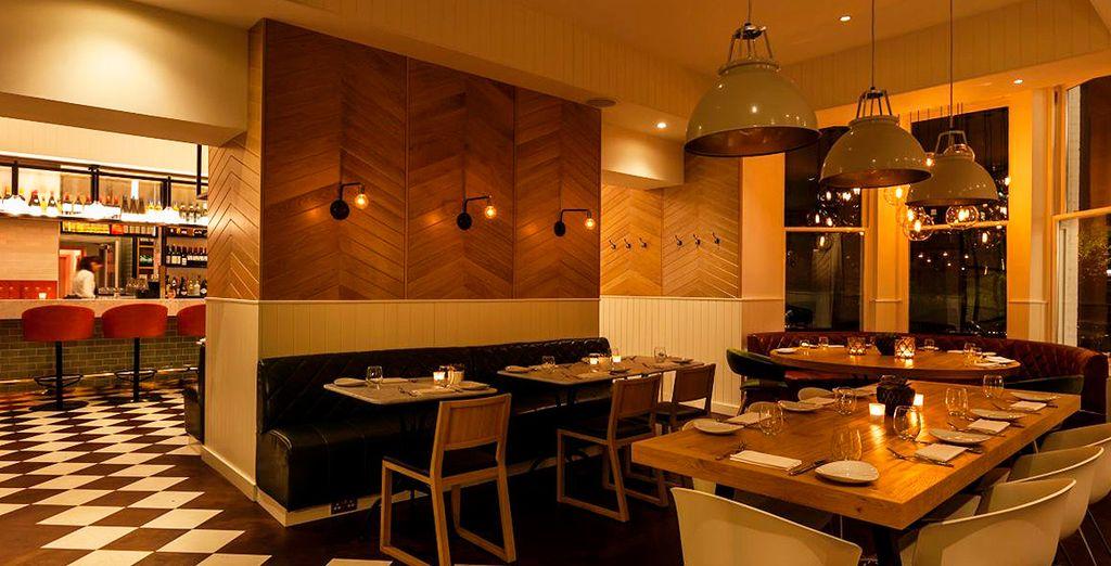 Por la noche, el restaurante se convierte en una coctelería