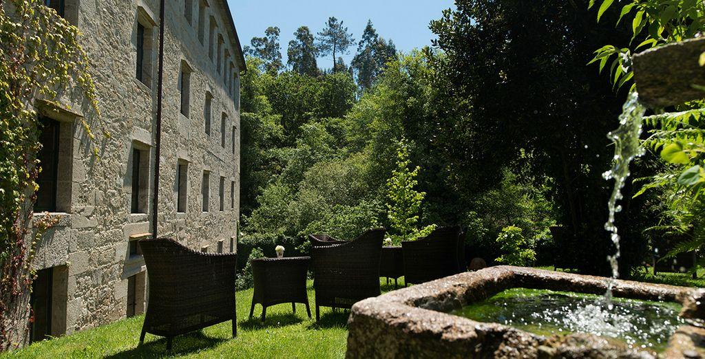 Bellos jardines rodean el edificio