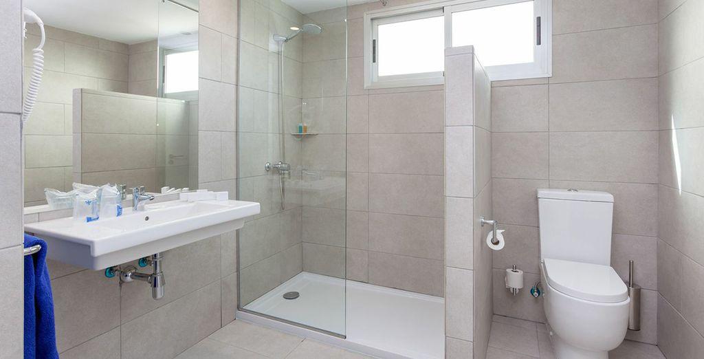 Cuenta con un baño moderno