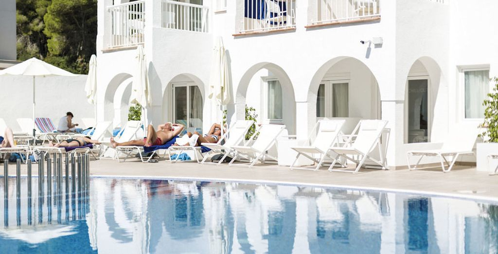 Relájate en la piscina del hotel