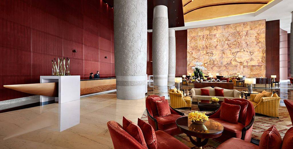El Conrad Dubai es uno de los hoteles más elegantes y lujosos