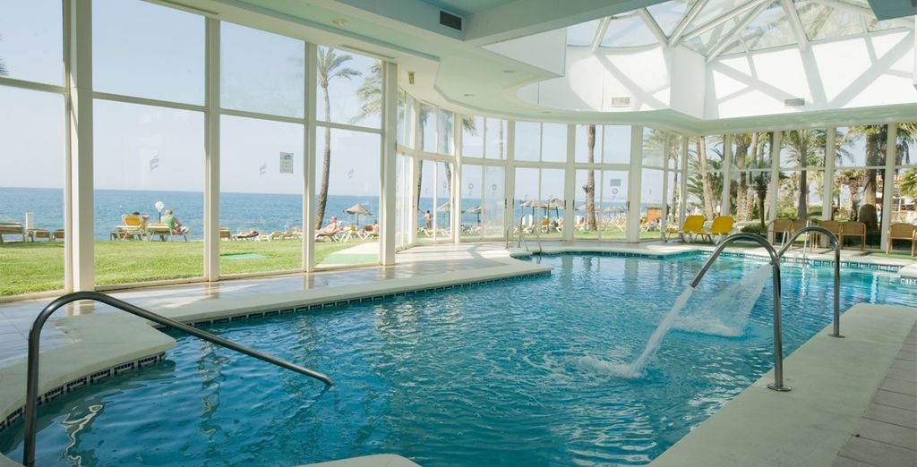 Relájate en su piscina interior climatizada