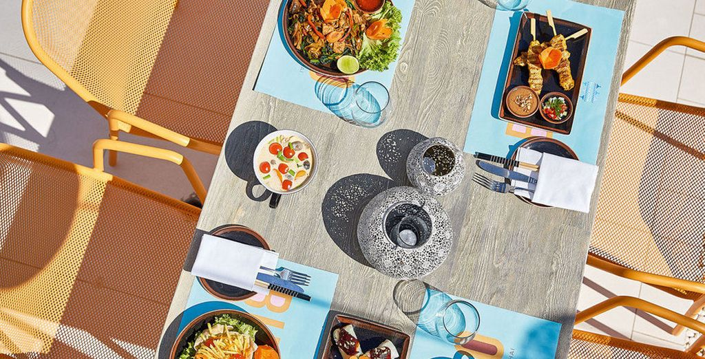 Degusta la rica gastronomía del lugar en el mejor de los escenarios...