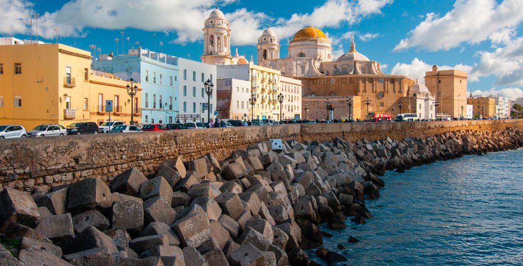 ... o pasea a orillas del golfo por el puerto de Cádiz
