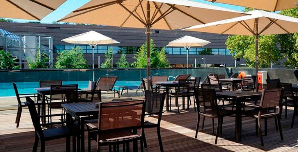 Relájate tomando una copa frente a la piscina